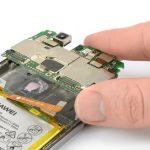 گوشه برد هوآوی پی 10 لایت (Huawei P10 Lite) را با دست گرفته و آن را به سمت بالا بکشید تا کاملا از قاب گوشی جدا شود.