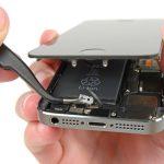 حالا میتوانید براکت دکمه هوم آیفون SE تعمیری را با پنس برداشته و از درون گوشی جدا نمایید.