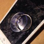 (در صورت نیازی): اگر ال سی دی گوشی شکسته یا ترک دارد، روی آن را با چند لایه چسب نواری پهن بپوشانید.