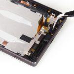 با نوک پنس میکروفون Xperia Z5 تعمیری که در لبه زیرین قاب آن نصب است را گرفته و از گوشی جدا نمایید.