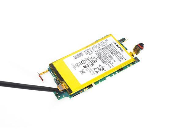 با نوک اسپاتول سر صاف کانکتور باتری Xperia Z5 Compact را از روی برد گوشی آزاد کنید.