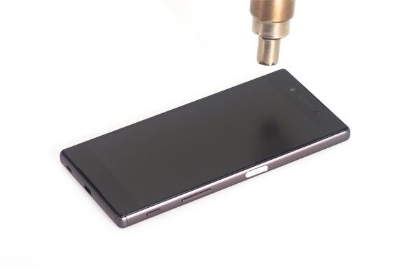 با سشوار، آیاوپنر یا هیتر به لبه های ال سی دی Xperia Z5 تعمیری گرمای ملایمی اعمال کنید. اگر از سشوار برای انجام این کار استفاده کردید، به هر یک از لبه های ال سی دی 60 ثانیه گرما اعمال نمایید.