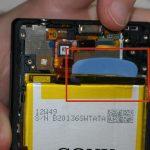 نوک یک پیک را از لبه فوقانی باتری به پشت آن فرو برده و سعی کنید لبه فوقانی باتری را از روی جایگاهش بلند کنید.