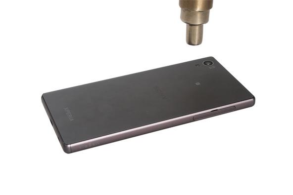 با سشوار، هیتر یا آی اوپنر (iOpener) به لبه های درب پشت گوشی گرمای نسبتا ملایمی اعمال کنید. اگر از سشوار برای انجام این کار استفاده میکنید گرما را در حالت متعادل قرار داده و برای مدت زمان 30 ثانیه به هر یک از لبه های درب پشت گوشی اعمال کنید.