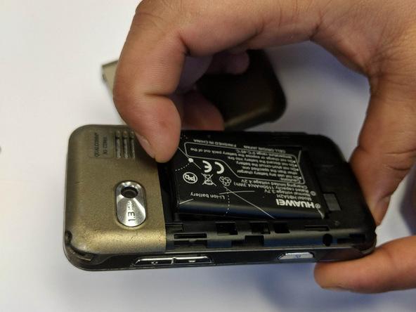 لبه زیرین باتری هوآوی M750 تعمیری را با انگشت یا نوک اسپاتول از جایگاهش بلند کنید.