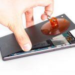 به تدریج نیروی کششی اعمالی به ساکشن کاپ را افزایش دهید تا درب پشت گوشی کاملا از روی بدنه آن جدا شود. درب پشت را در گوشه امنی قرار داده و تعویض فلت شارژ Sony Xperia Z5 (اکسپریا زد 5 سونی) را روی مابقی بدنه آن دنبال کنید.
