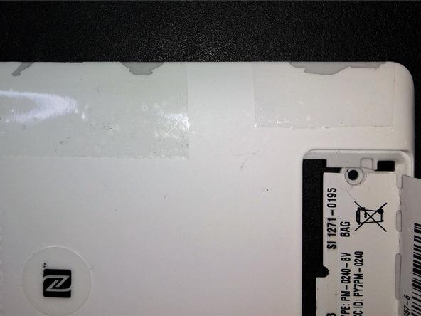 همانطور که در عکس مشاهده میکنید لبه های درب پشت اکسپریا ZL سونی گیره یا کلیپس های خاصی دارد که روی قاب اصلی گوشی چفت میشوند. برای جداسازی دربر پشت لازم است تا این گیره ها با حرکت پیک از لبه قاب گوشی آزاد شوند. دقت کنید که در حین انجام این کار به گیره های مذکور آسیبی وارد نشود و این گزینه ها دچار شکستگی نشوند.