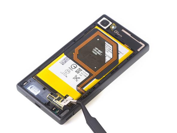 براکت پلاستیکی که در گوشه سمت راست و پایین قاب Xperia Z5 Compact تعمیری نصب است را با پنس از آن جدا کنید. این راکت در عکس مشخص است.