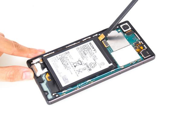 نوک اسپاتول سر صاف را زیر کانکتور باتری Xperia Z5 تعمیری فرو برده و آن را به سمت بالا هول دهید تا از روی سوکتش آزاد شود.
