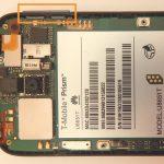به آرامی با نوک پنس دکمه های پاور و ولوم هوآوی Prism U8651T تعمیری را از لبه های قاب گوشی جدا کنید. محل دقیق این دو دکمه در عکس مشخص شده است.
