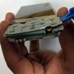 نوک قاب باز کن پلاستیکی یا یک پیک را به شکاف مابین دیجیتایزر و ال سی دی هوآوی M750 تعمیری فرو برده و خیلی با احتیاط ال سی دی گوشی را از فریم تاچ آن جدا کنید. دقت داشته باشید که در این حالت ال سی دی به همراه مادربرد از تاچ گوشی جدا میشود.