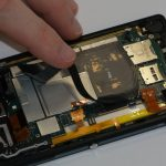 چسب NFC که روی فریم فلزی مادربرد سونی اکسپریا ZL نصب است را خیلی آرام و با دقت از روی آن جدا کنید.