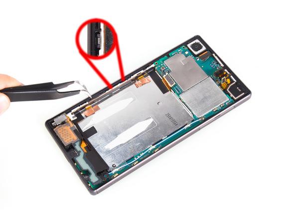 به آرامی و با نوک پنس کانکتور اسکنر انگشت Xperia Z5 تعمیری را از لبه قاب گوشی آزاد کنید و آن را به صورتی قرار دهید که با فلت زیرین درگیر نباشد.