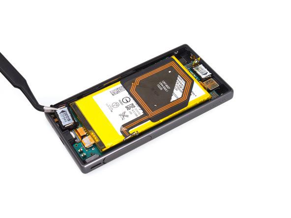 اسپیکر Xperia Z5 Compact تعمیری را از گوشه سمت چپ و پایین قاب آن برداشته و جدا کنید.