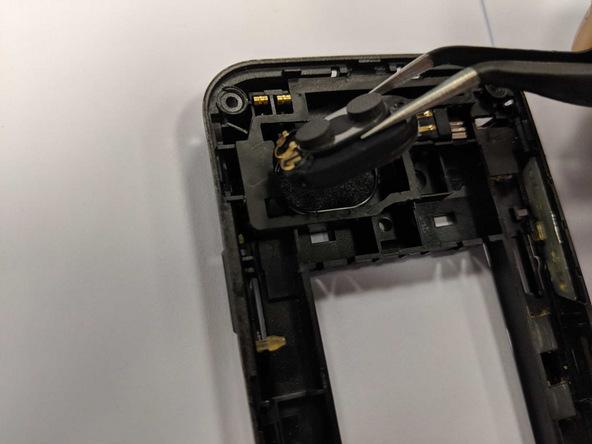 با نوک پنس اسپیکر هوآوی M750 تعمیری را گرفته و آن را به سمت عقب بکشید تا کاملا از روی درپوش محافظ برد گوشی جدا شود.