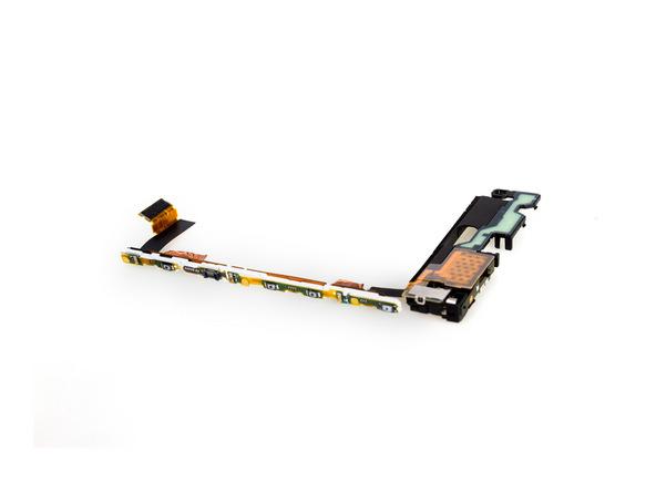 توصیه میکنیم در این مرحله فلت بخش زیرین Sony Xperia Z5 تعمیری را بررسی کنید و از سالم بودن تمام بخش ها و قطعات روی آن اطمینان حاصل نمایید. این فلت باید حاوی اسپیکر و موتور ویبره گوشی باشد.