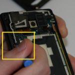 در آخرین مرحله نوک قاب باز کن پلاستیکی را از بخشی که در عکس سوم با رنگ زرد مشخص شده به زیر لبه سمت چپ ماژول دوربین و اسپیکر گوشی فرو برده و این بخش از ماژول را هم شل نمایید.