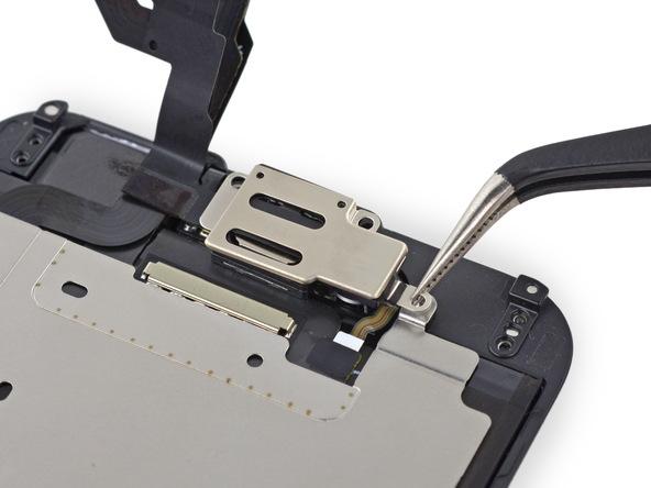 براکت اسپیکر مکالمه آیفون 6 تعمیری را از بالای درب جلوی گوشی جدا نمایید.