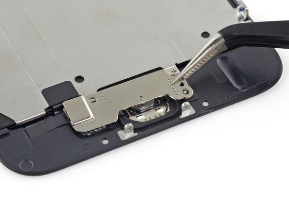 براکت دکمه هوم آیفون را از درب جلوی گوشی جدا نمایید.
