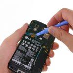 نوک قاب باز کن را زیر کانکتور باتری Nexus 4 تعمیری قرار دهید و خیلی آرام آن را به سمت بالا هدایت کنید تا کانکتور باتری گوشی از روی سوکتش آزاد شود.