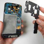 نکته: در حین باز کردن پیچ های نگهدارنده فریم میانی یا بستن این پیچ ها پس از تعویض سوکت هندزفری Nexus 4 (نکسوس 4) به هیچ وجه نیرو و فشار زیادی به آن ها اعمال نکنید، چون این نیرو میتواند مستقبما به مادربرد گوشی منتقل شده و منجر به آسیب دیدن برد دستگاه شود.