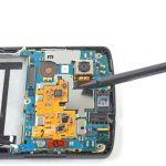 نوک اسپاتول سر صاف را زیر کانکتور لنز دوربین اصلی Nexus 5 تعمیری قرار داده و خیلی آرام آن را از روی سوکتش آزاد کنید.