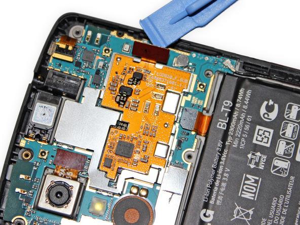 نوک قاب باز کن پلاستیکی را اسپاتول سر صاف را زیر کانکتور برد NFC گوشی قرار داده و خیلی آرام آن را از روی سوکتش آزاد کنید.