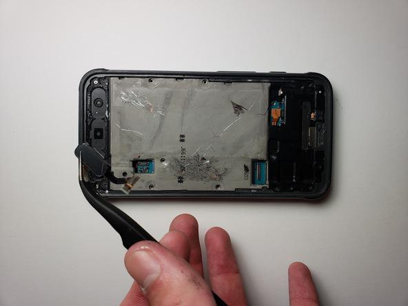دکمه هوم گلکسی S7 Active را با پنس گرفته و از لبه زیرین قاب گوشی جدا نمایید.