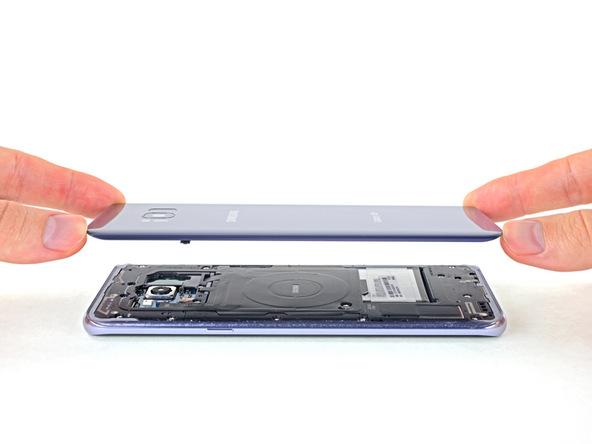 قاب پشت گلکسی S8 پلاس تعمیری را از روی بدنه آن بردارید و ساکشن کاپ را هم از روی آن جدا کنید.