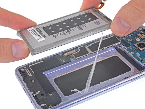 لبه باتری را با دست گرفته و به تدریج آن را کاملا از روی جایگاهش جدا کنید.