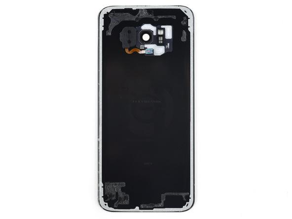 در عکس اول قاب پشت باز شده گلکسی S8 پلاس را مشاهده میکنید. بخش های خاکستری رنگ لبه قاب پشت مکان نصب لاستیک های آب بندی هستند.