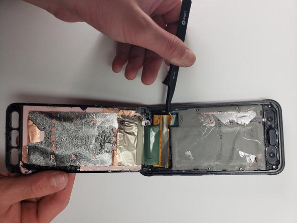 نوک اسپاتول را از لبه فوقانی قاب گلکسی S7 Active به درون شکاف مابین قاب جلو و پشت گوشی فرو ببرید و به آرامی لبه فوقانی قاب جلوی دستگاه را از روی بدنه گوشی بلند کنید.