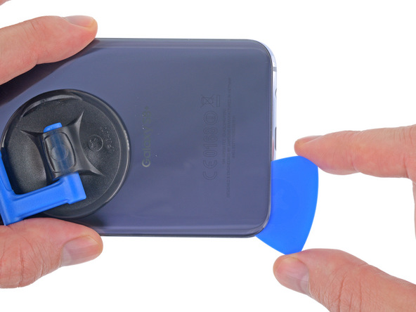 به آرامی پیک را به لبه زیرین قاب گلکسی S8 پلاس منتقل کرده و این قسمت از قاب دستگاه را هم مثل مرحله قبل شل نمایید.