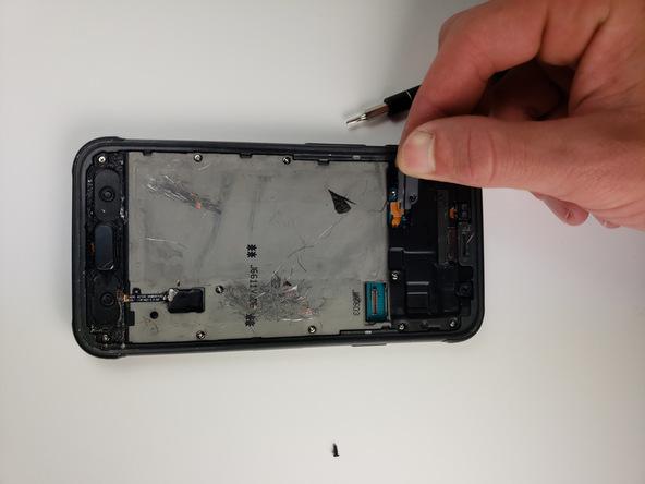 به آرامی براکت کانکتور باتری گوشی را از روی قاب آن جدا کنید.