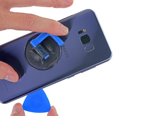 پیک را به آرامی به لبه سمت راست و فوقانی قاب گلکسی S8 پلاس هدایت کنید و این بخش های قاب دستگاه را هم مثل مراحل قبل شل نمایید.