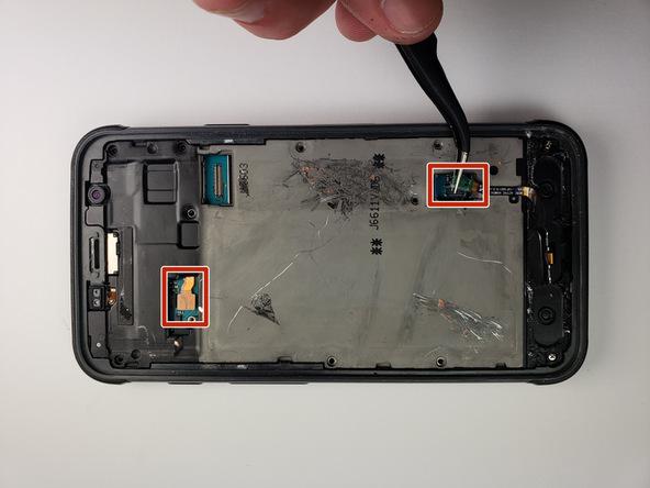 با نوک پنس خیلی آرام کانکتور های باتری و دکمه هوم گلکسی S7 Active تعمیری را از روی مادربرد گوشی آزاد کنید.