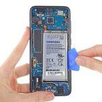 لبه زیرین باتری گوشی را با دست گرفته و به سمت عقب بکشید تا کاملا از جایگاهش جدا شود.