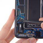 کانکتور فلت شارژ گوشی را به گونهای که در عکس نمایش داده شده از روی سوکتش آزاد کنید.