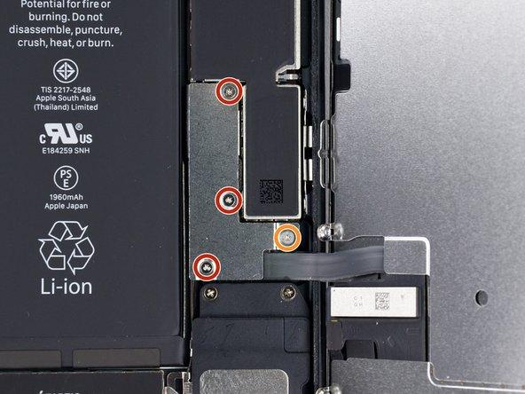 باز کردن پیچ های براکت باتری و LCD