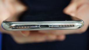 تعمیر سوکت شارژ آیفون X با کمترین هزینه در موبایل کمک
