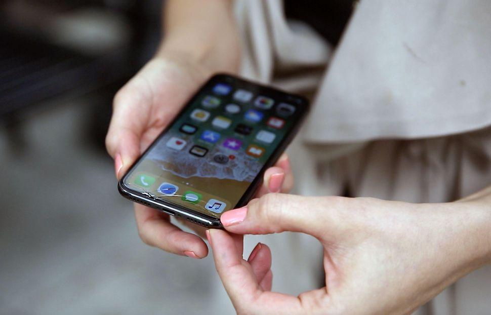 تعویض گلس ال سی دی آیفون XS با قیمت باورنکردنی در موبایل کمک
