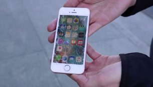 تعویض گلس ال سی دی آیفون SE با کمترین قیمت در موبایل کمک