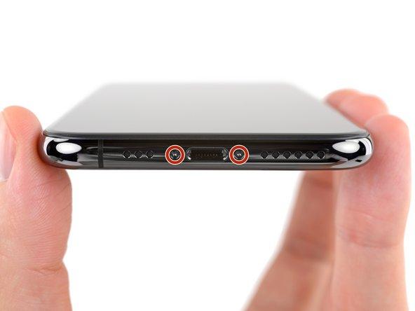 باز کردن پیچ های لبه زیرین قاب iPhone XS