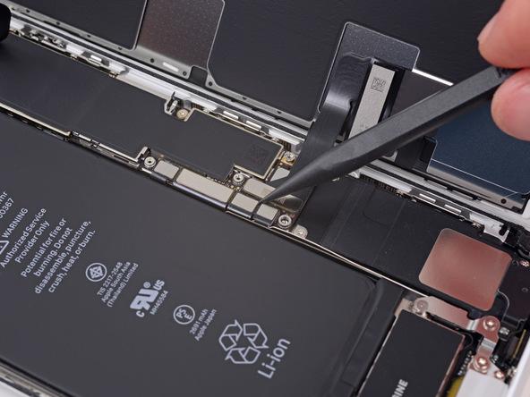 آزاد کردن کانکتور باتری iPhone 8 Plus