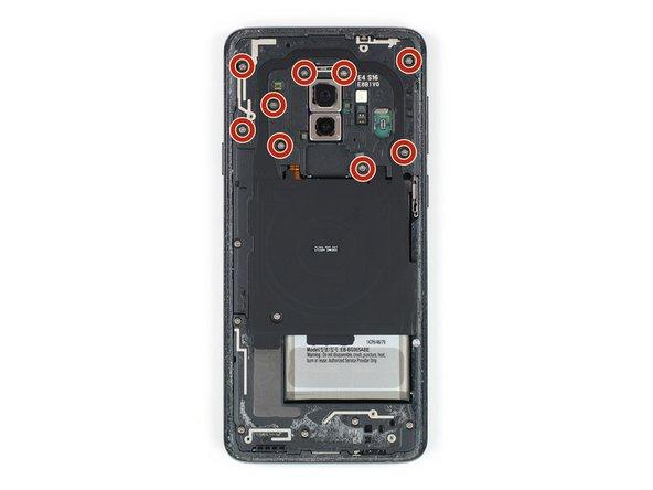 باز کردن پیچ های کویل شارژ و آنتن NFC